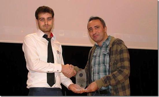 Yıldız Teknik Üniversitesi Eğitim ve Bilişim Teknolojileri Kulübü yönetim kurulu üyesi Özcan Toy, Yunus Özen'e plaket takdim ederken